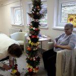Seniorzy przygotowywują palmę wielkanocną