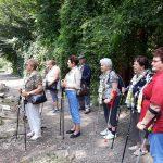 Seniorzy podczas zwiedzania Ogrodów Biblijnych w Myczkowcach
