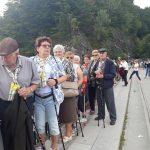 Seniorzy spacerują po Zaporze Solińskiej