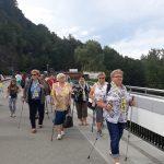 Seniorzy spaceruja po Zaporze Solińskiej
