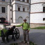 Senior na tle zamku w Krasiczynie