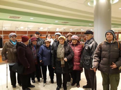 """Uczestnicy Gminnego Klubu Seniora po koncercie zespołu """"Mazowsze"""""""