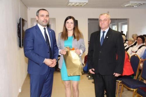 Pani kierownik Aleksandra Okońska-Szczurek odebrała upominek dla Klubu od burmistrza Dukli Andrzeja Bytnara i przewodniczącego RM w Dukli Andrzeja Dziedzica